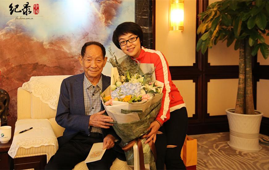 编导钱超兰仅代表中国网纪录中国团队与袁老合影留念。这是一张珍贵的照片,此次拍摄的美好开端。(中国网纪录中国编导与袁院士合影    张宇鹏摄)